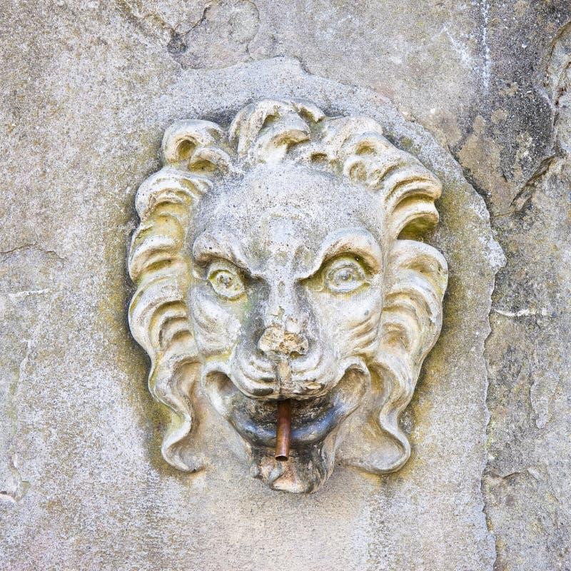 Fontaine en pierre italienne antique photographie stock libre de droits