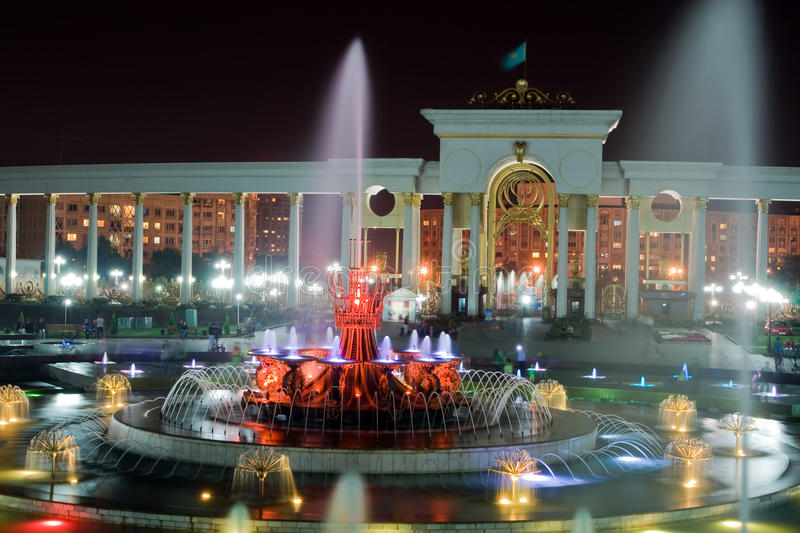 Fontaine en stationnement national d'Almaty photo libre de droits