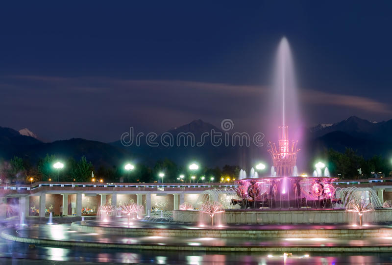 Fontaine en stationnement national d'Almaty images stock