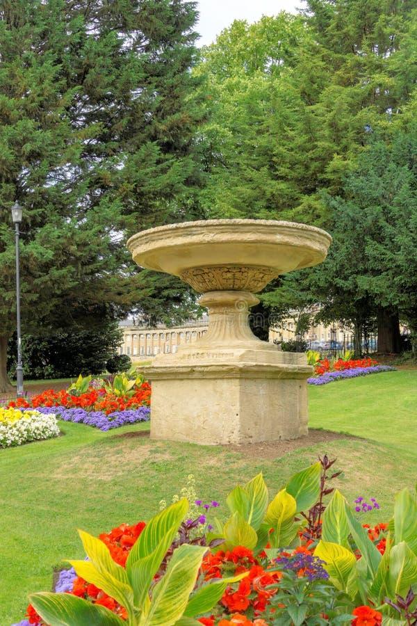 Fontaine et fleurs royales de Bath de parc de Victora photographie stock libre de droits