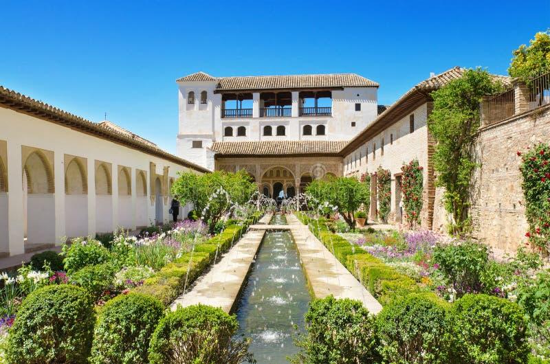 Fontaine et jardins dans le palais d'Alhambra, Grenade, Espagne photographie stock