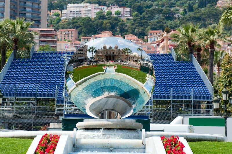 Fontaine et miroir près de casino grand de Monte Carlo photo stock