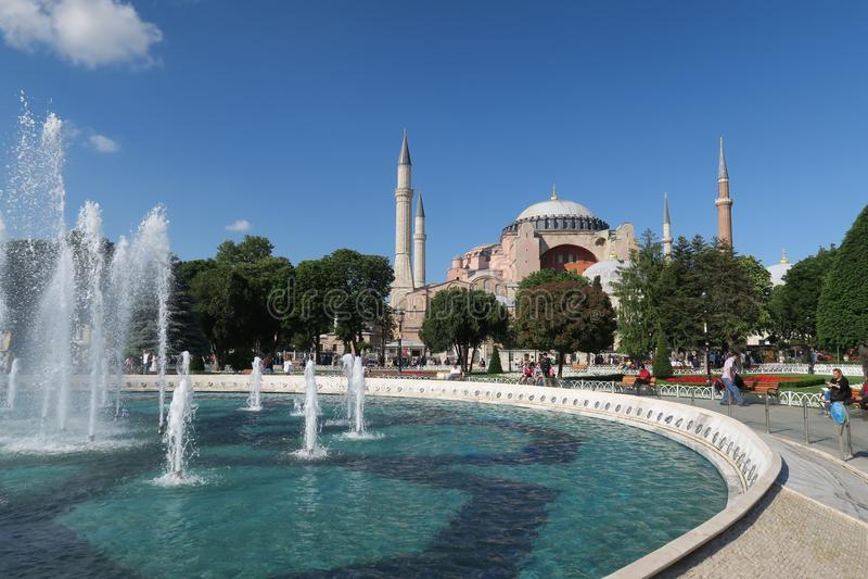 Fontaine et parc devant Hagia Sophia Museum à Istanbul, Turquie photos libres de droits