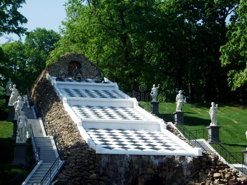 fontaine et statues d'échecs en parc de Peterhof photos stock