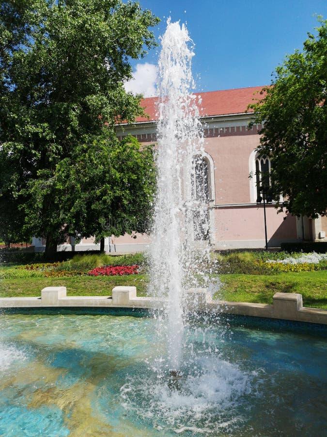 Fontaine géante en parc un jour ensoleillé sans des nuages dans le ciel photo stock