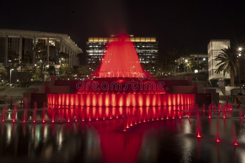 Rouge grand de fontaine de parc photo libre de droits