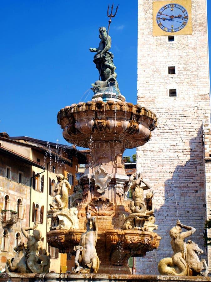 Fontaine historique dans la place de cathédrale de Trento image stock