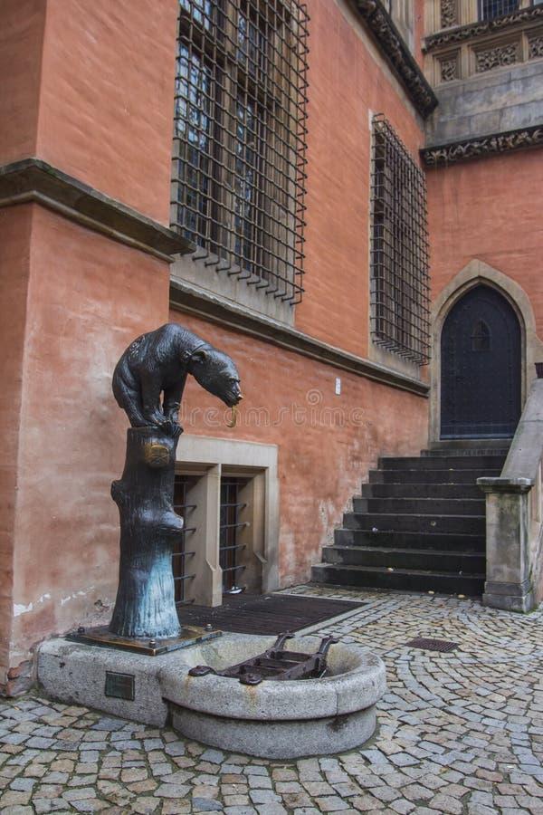 Fontaine historique sous forme de concerner une place centrale dans la vieille ville de Wroclaw poland photographie stock