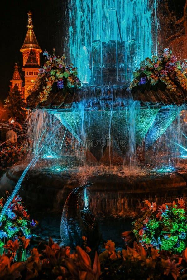 Fontaine illuminée avec la lumière cyan la nuit Timisoara, Romani photo stock