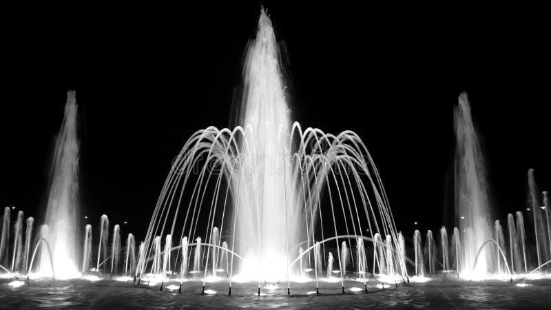 Fontaine la nuit photos libres de droits
