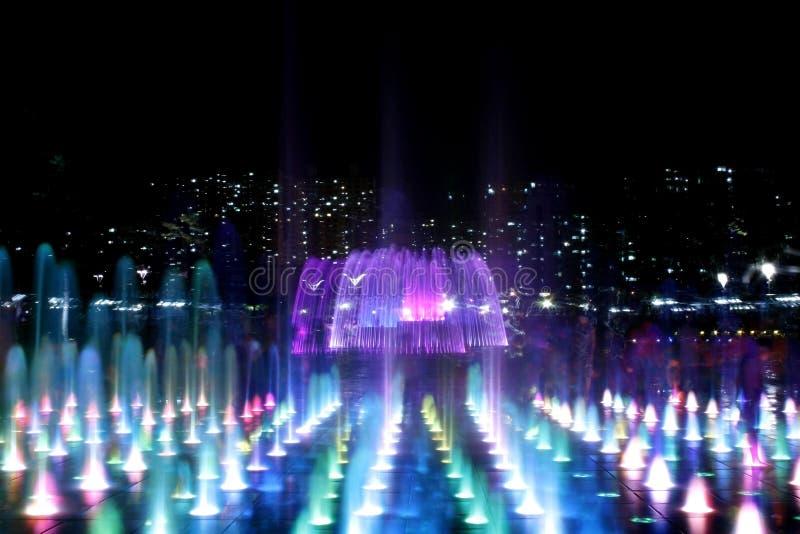 Fontaine la nuit en série photos libres de droits