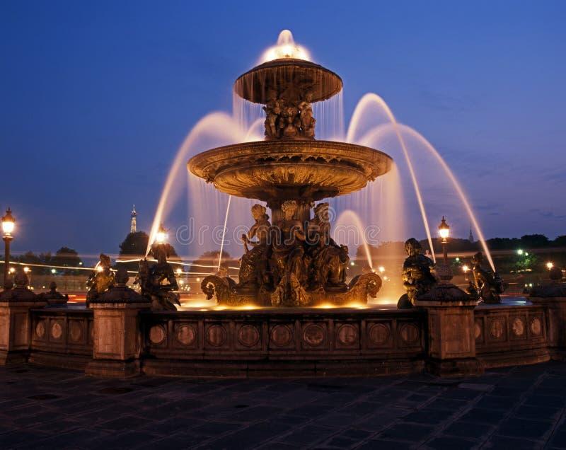 Fontaine la nuit, Paris, France. images stock
