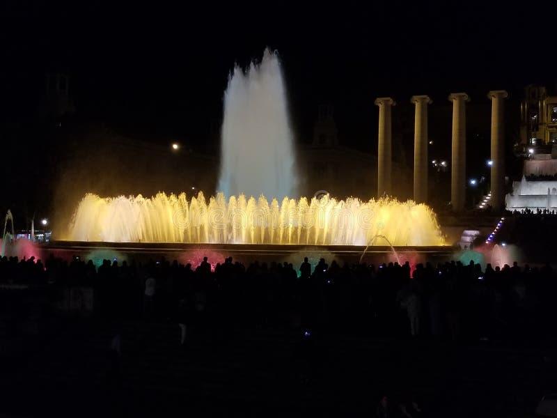 Fontaine majestueuse - un défini doit si vous visitez Barcelone photographie stock