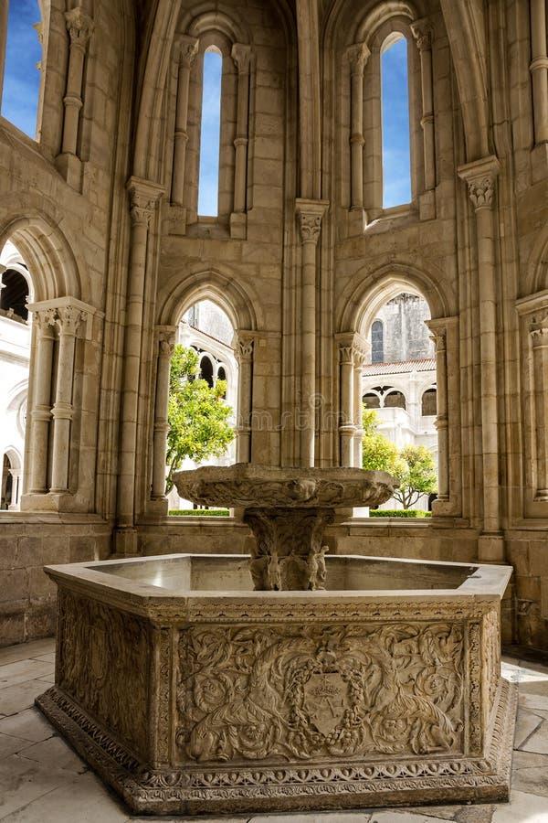 Fontaine no monastério de Alcobaca é Roman Catholic Mona medieval fotos de stock royalty free