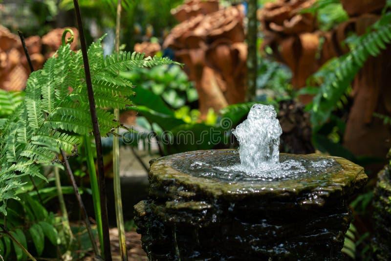 Fontaine pour l'eau potable en parc photographie stock libre de droits