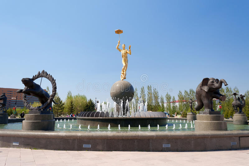 Fontaine près du cirque à Astana photo stock