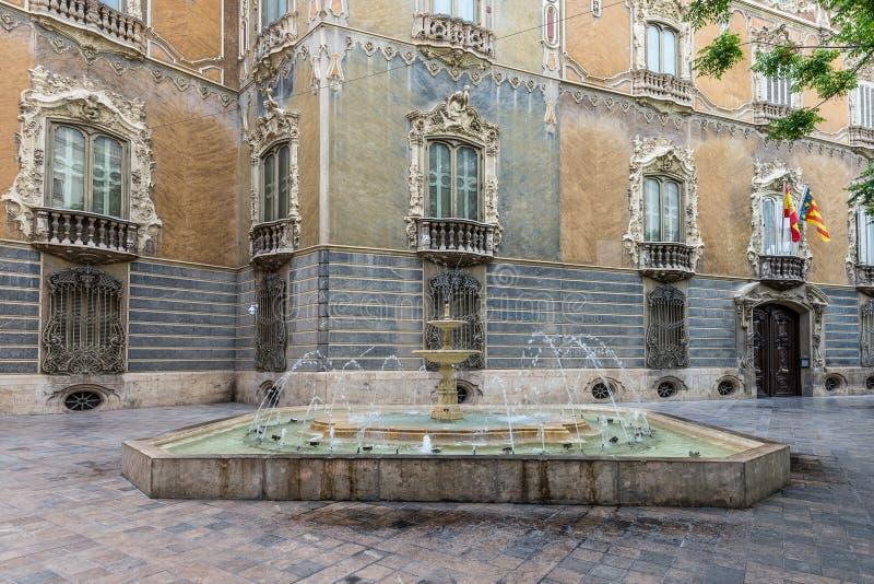 Fontaine près du palais historique de Marques de Dos Aguas photographie stock libre de droits