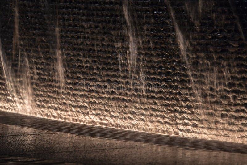 Fontaine rougeoyant dans l'obscurité photos libres de droits