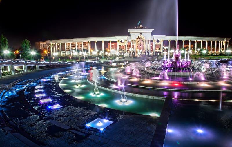 Fontaine rougeoyante à Almaty la nuit image libre de droits