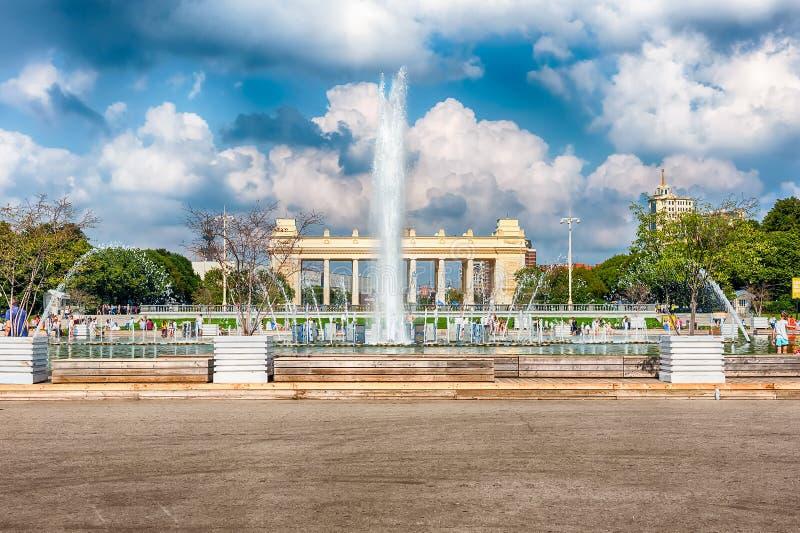 Fontaine scénique à l'intérieur de parc de Gorki, Moscou, Russie photos stock