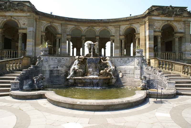 Fontaine sculptée avec les statues et l'arcade photos libres de droits