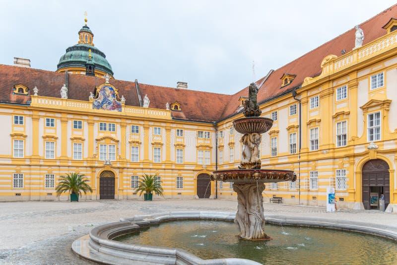 Fontaine sur la cour du prélat, abbaye de Melk, Melk, Autriche photos libres de droits