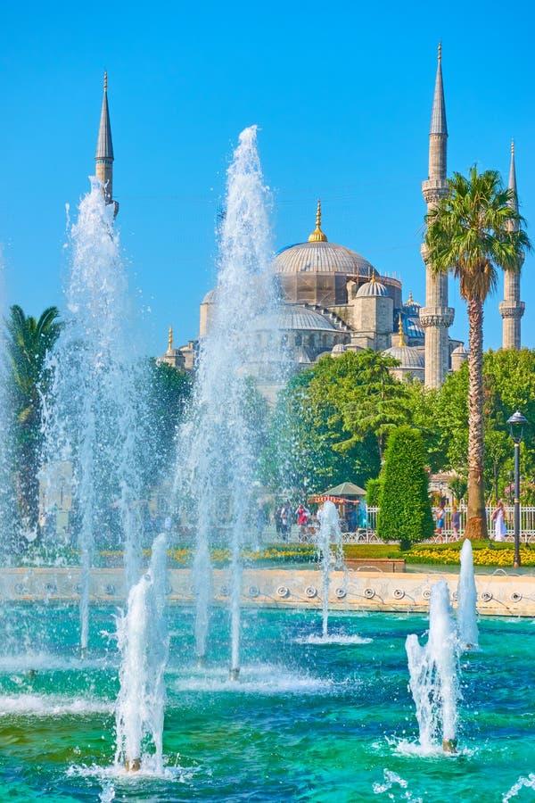 Fontaine sur la place de Sultanahmet et la mosquée bleue photos libres de droits