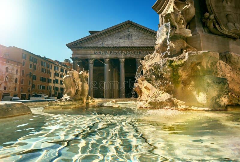 Fontaine sur le della Rotonda de Piazza avec le parthenon derrière, Rome, il photos libres de droits