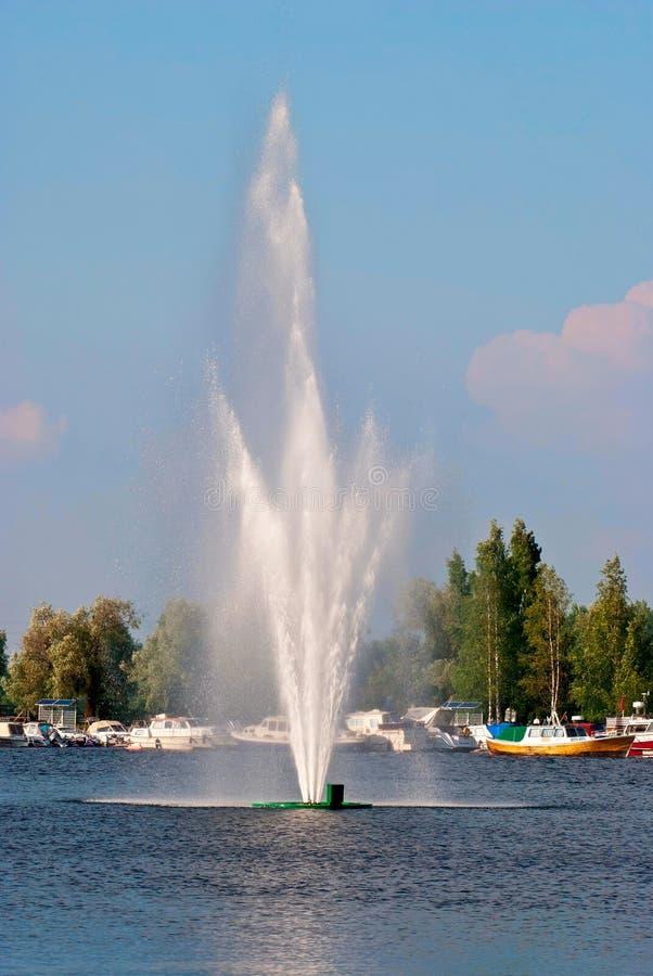 Fontaine sur le lac. images stock