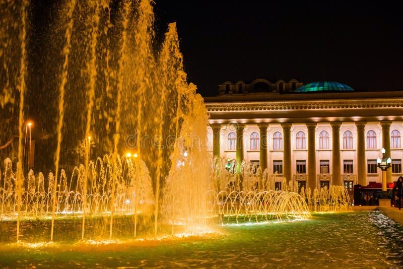 Fontaine sur le remblai dans la ville de Bakou photos libres de droits