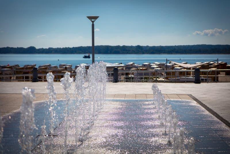 fontaine sur une promenade sur la plage photos libres de droits