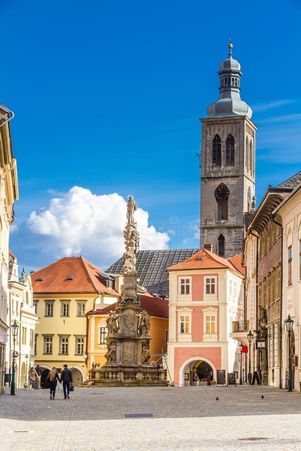 Fontaine, tour d'église et vieux bâtiments-Kutna Hora images stock
