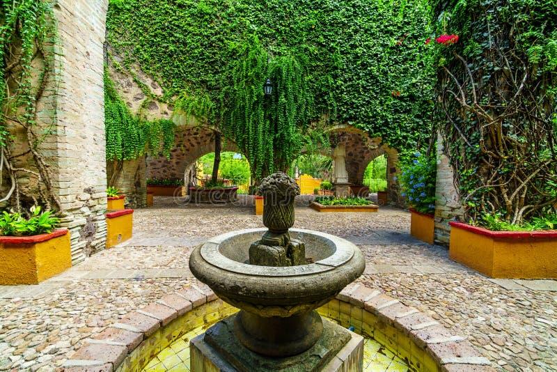 Fontaine traditionnelle mexicaine, hommage à l'industrie minière dans le jardin colonial image libre de droits