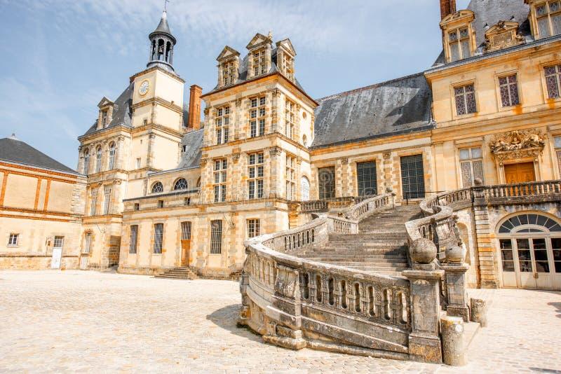 Fontainebleau mit berühmtem Treppenhaus in Frankreich lizenzfreie stockfotos