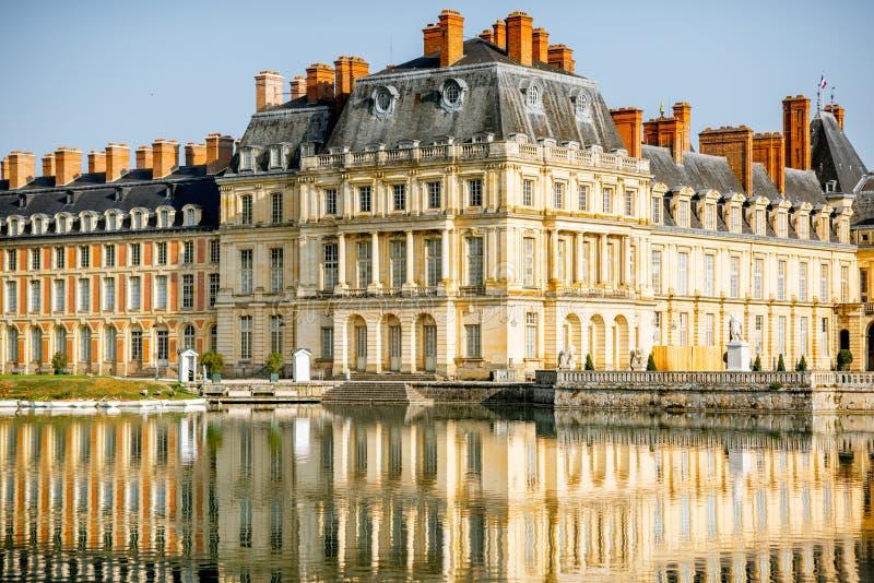 Fontainebleau-Palast mit See in Frankreich stockbilder