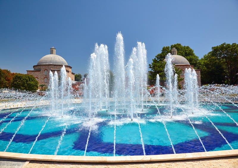 Fontainen i Sultan Ahmet Park med Ayasofya Hurrem Sultan Ha arkivfoton