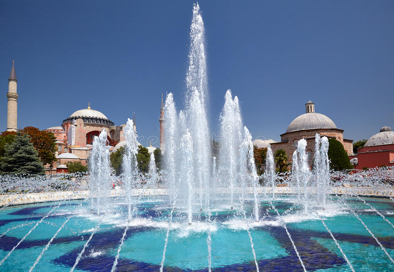 Fontainen i Sultan Ahmet Park med Hagia Sophia i backgen royaltyfria bilder
