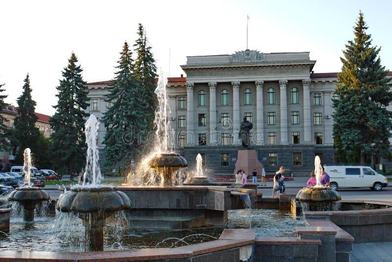 Fontaines avec du charme sur une des rues principales de la ville devant l'établissement d'enseignement situé dans un beau photos stock