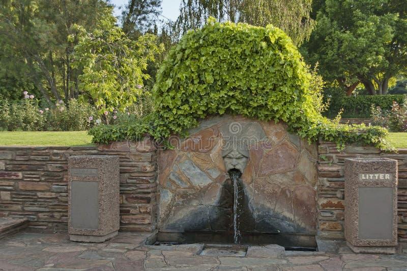 Fontaines avec la tête humaine dans le jardin botanique photos libres de droits