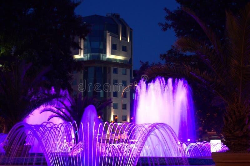 Fontaines bleues de nuit images stock
