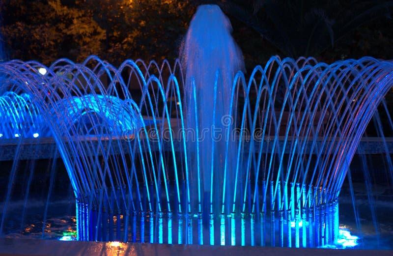Fontaines bleues de nuit images libres de droits