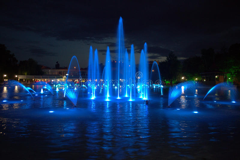 Fontaines bleues magiques de nuit photo libre de droits