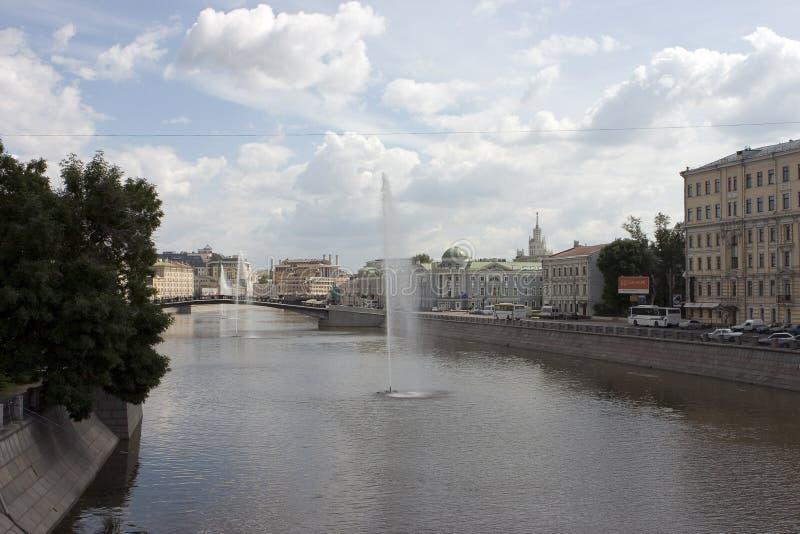 Fontaines dans le fleuve images stock
