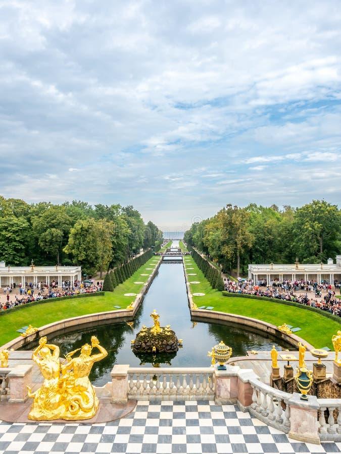 Fontaines dans le jardin du palais de Peterhof, Russie image stock
