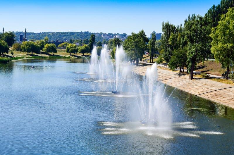 Download Fontaines Dans Le Panorama De Fontaines De Rusanovka De Secteur De Kiev Kiev R-U Image stock - Image du place, soirée: 77150787