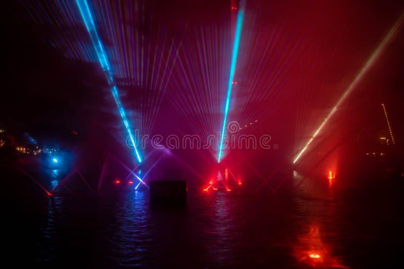 Fontaines dansantes, lumières colorées et écrans de brouillard dans l'océan électrique à Seaworld 2 photo libre de droits