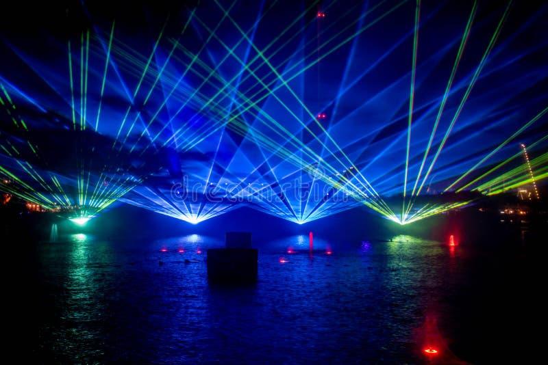 Fontaines dansantes, lumières colorées et écrans de brouillard dans l'océan électrique à Seaworld 6 photos stock