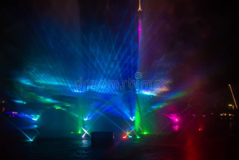 Fontaines dansantes, lumières colorées et écrans de brouillard dans l'océan électrique à Seaworld 8 photos stock