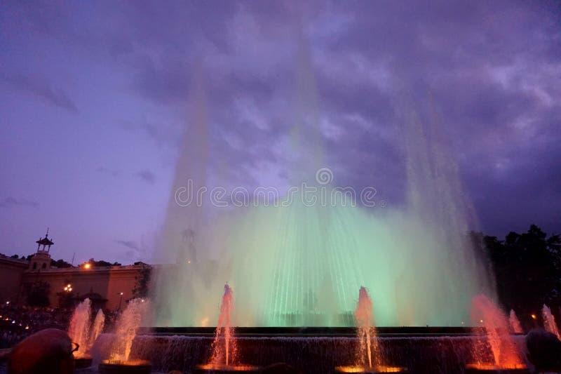 Fontaines de chant avec une belle exposition légère sur la montagne de Montjuïc à Barcelone images libres de droits