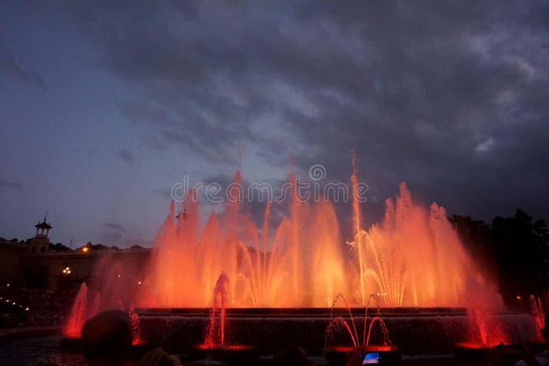 Fontaines de chant avec une belle exposition légère sur la montagne de Montjuïc à Barcelone photos stock